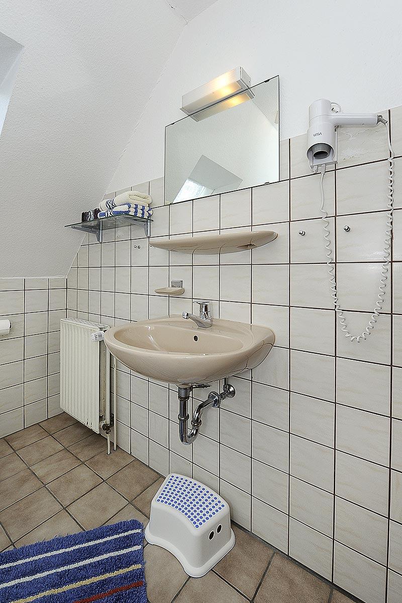 Badezimmer mit Fön in der Ferienwohnung Seestern in Carolinensiel