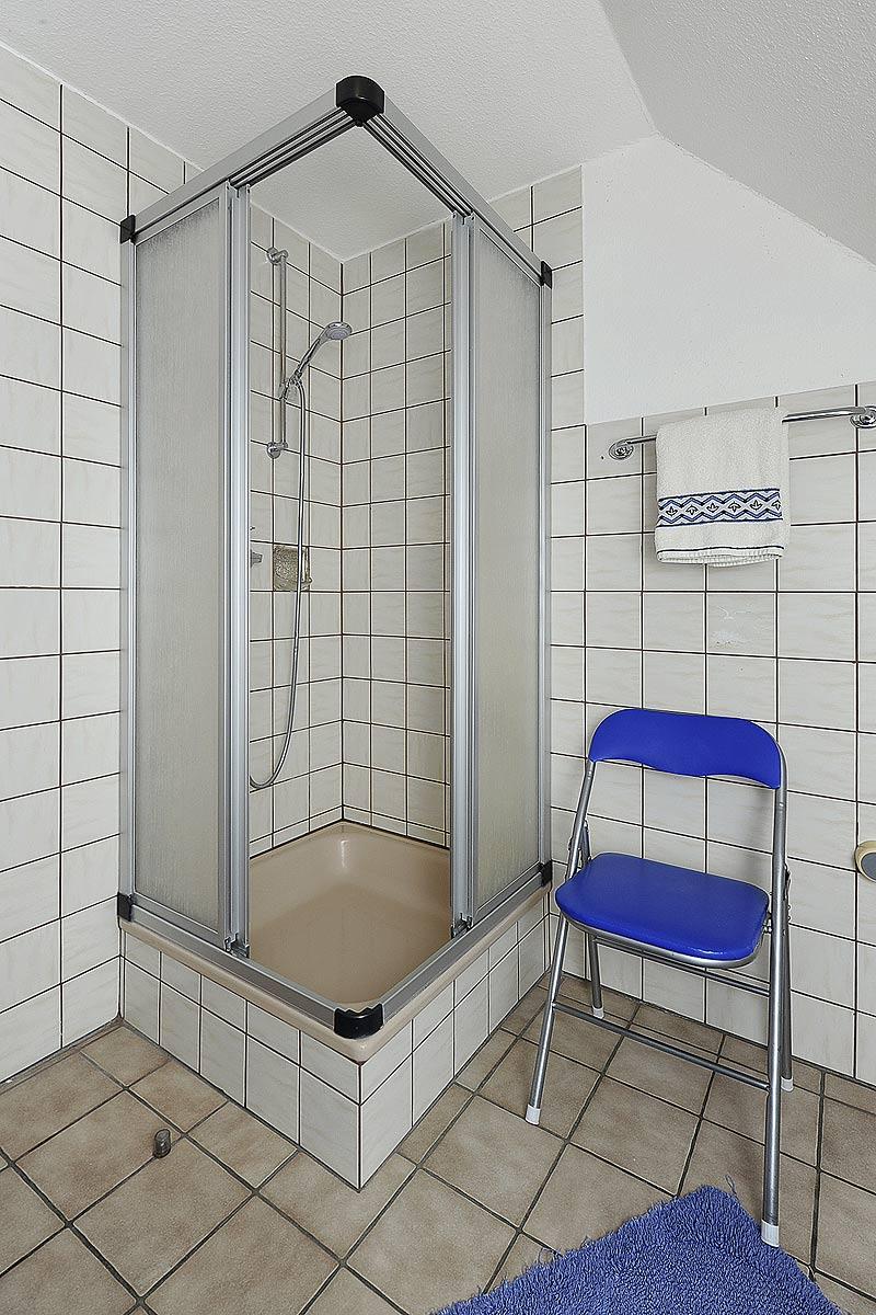 Badezimmer mit Dusche in der Ferienwohnung Seestern in Carolinensiel