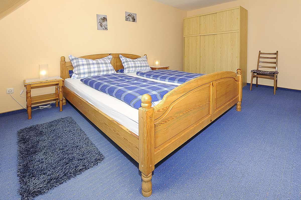 Schlafzimmer mit Doppelbett und Schrank der Ferienwohnung