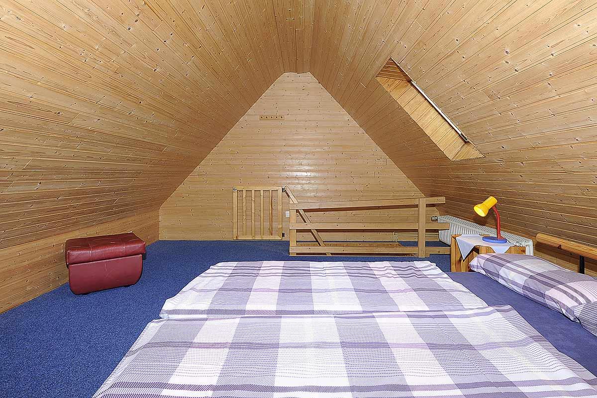 Schlafzimmer im Dachgeschoß der Ferienwohnung Seestern in Carolinensiel