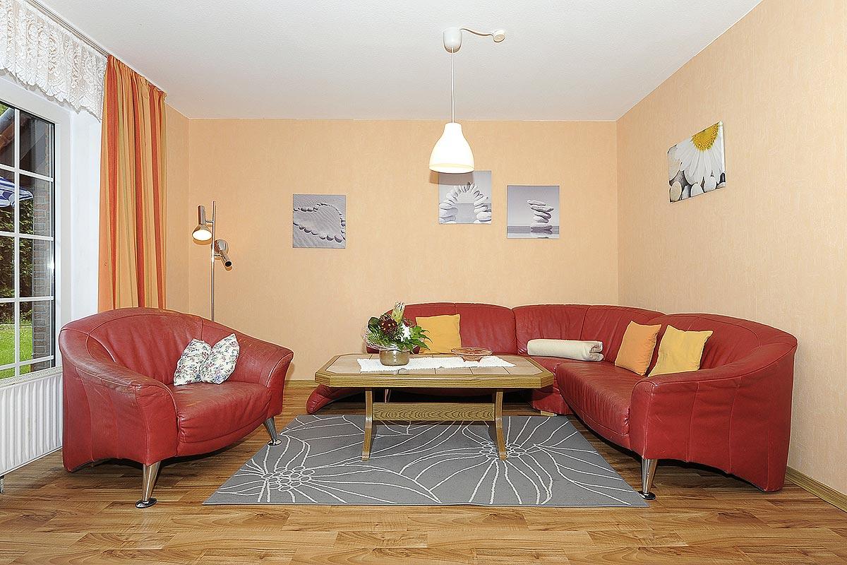 Gemütliche Couchgarnitur im Wohnzimmer der Ferienwohnung Seestern in Carolinensiel