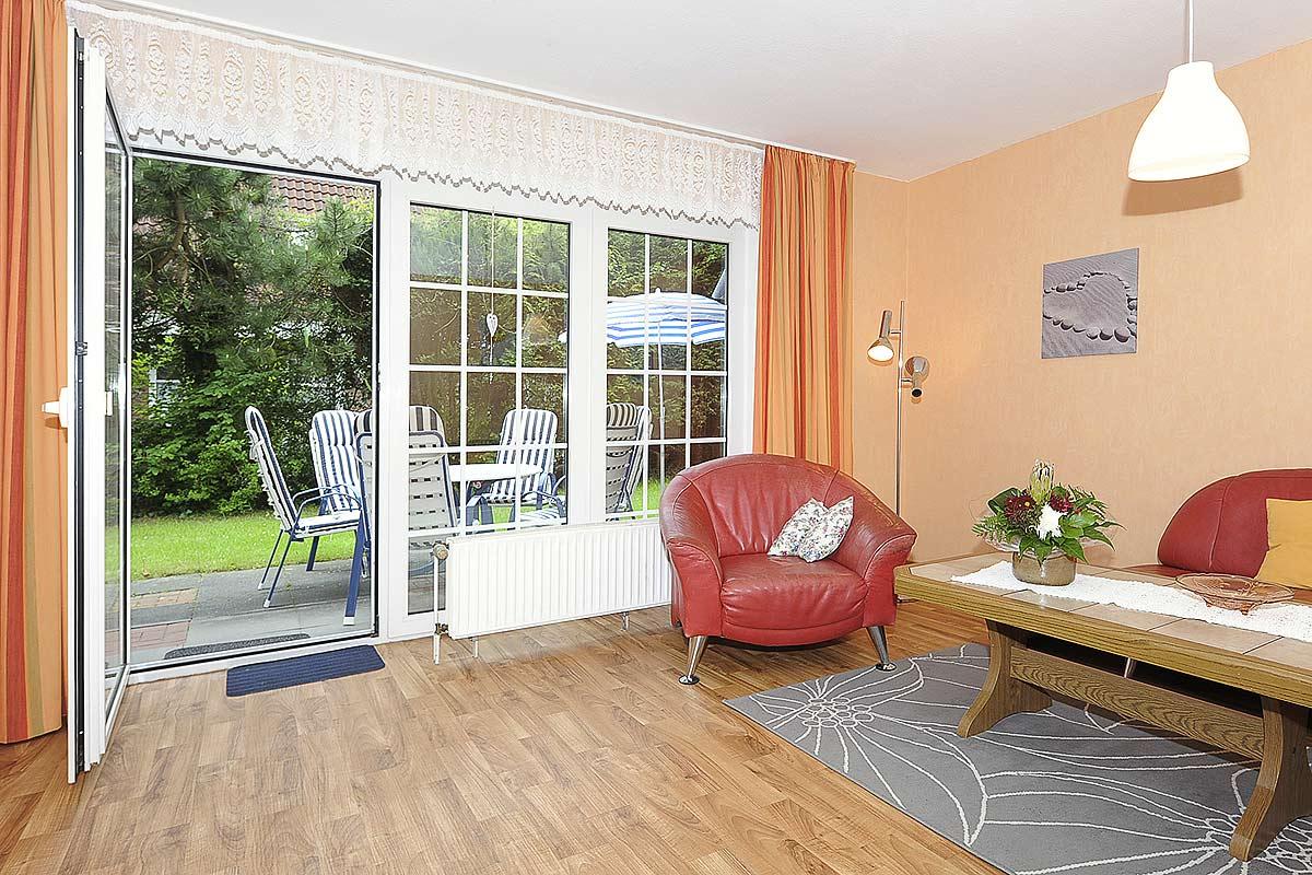 Wohnzimmer mit Zugang zur Terrasse der Ferienwohnung Seestern