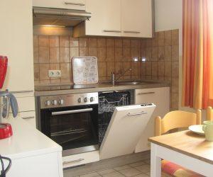 Küche mit Geschirrspüler in der Ferienwohnung Muschel in Carolinensiel