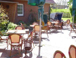 Genießen Sie den Sonnenschein und ein leckeres Essen auf unserer Aussenterrasse.